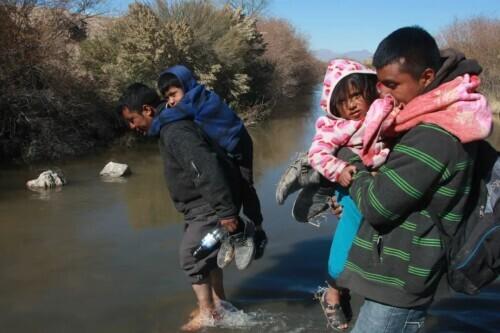 """""""孩子,请原谅妈妈""""——一个五口之家被美国遣返的""""非人道""""遭遇"""