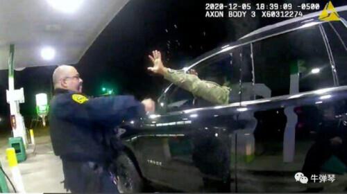 这是美国现在最热的话题,美国军官被美国警察揍了!